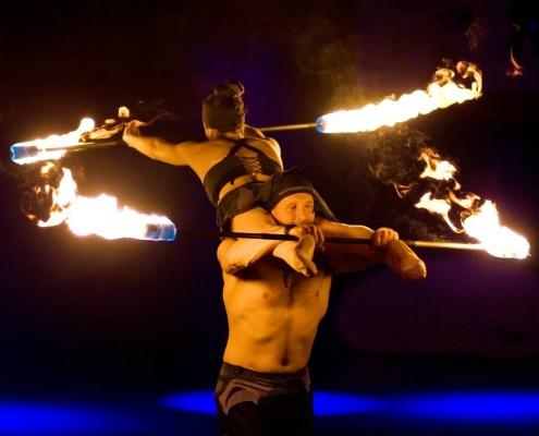 Akrobatik mit Feuerstäben