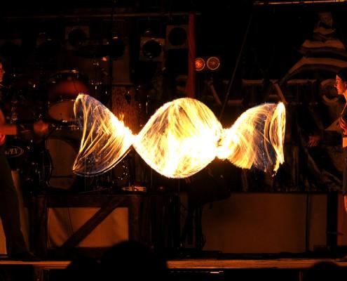 Die Feuerkünstler mit dem brennenden Seil