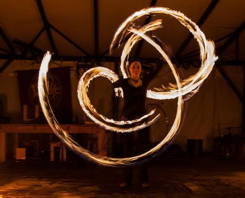 Dynamische Figuren mit Feuerstäben