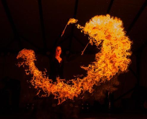 Wuchtige Eröffnung der Feuershow mit Fauchfackeln