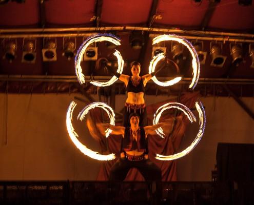 Akrobatik mit Doppelstöcken