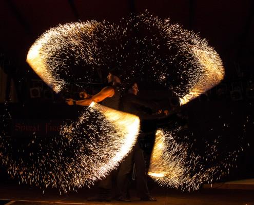 Die Feuerkünstler mit Funkenseilen